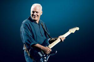 David Gilmour con la guitarra black strat