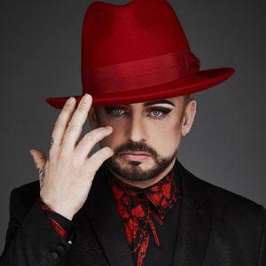 Boy George con sombrero rojo