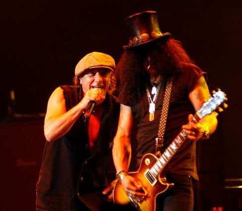 Slash tocando junto a Brian Johnson de ACDC